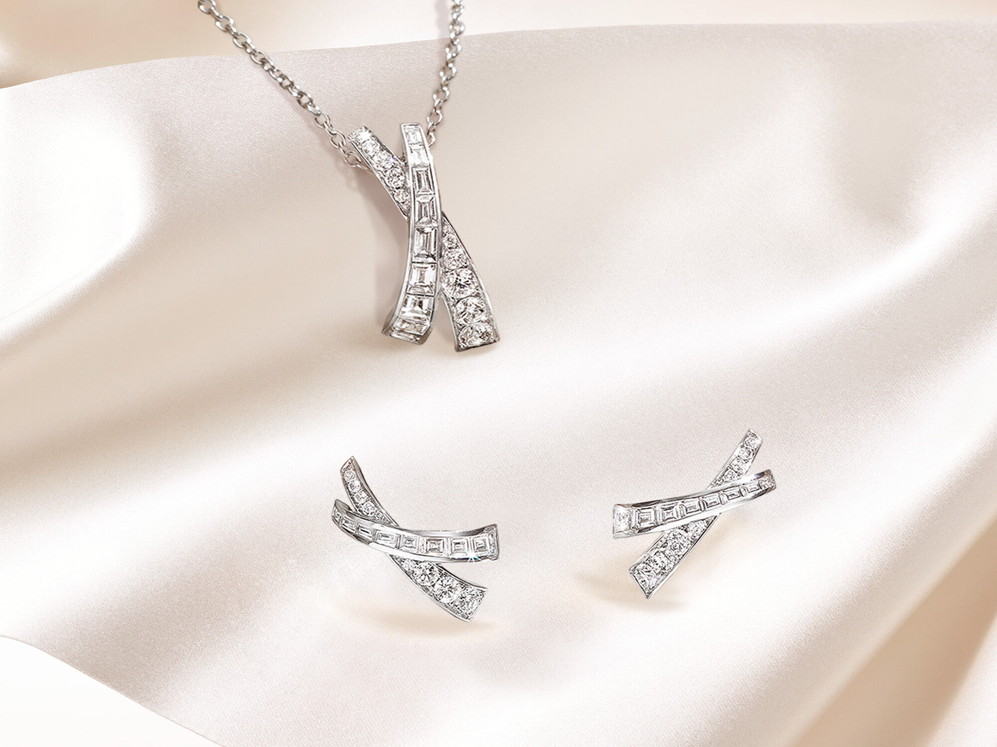 Graff Kiss Jewellery Collection Diamond pendant and earrings