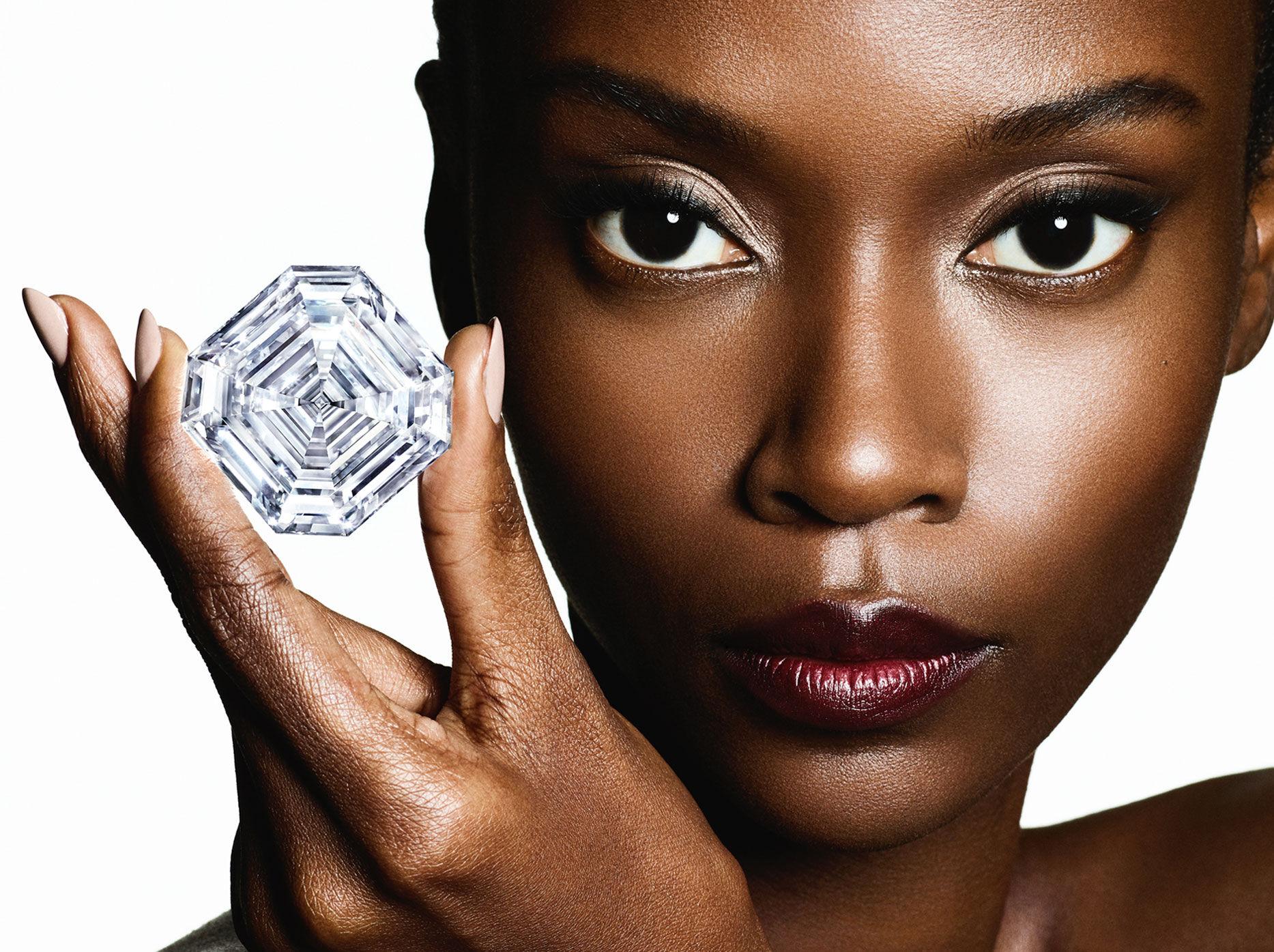 Model holding the Graff Lesedi La Rona diamond.